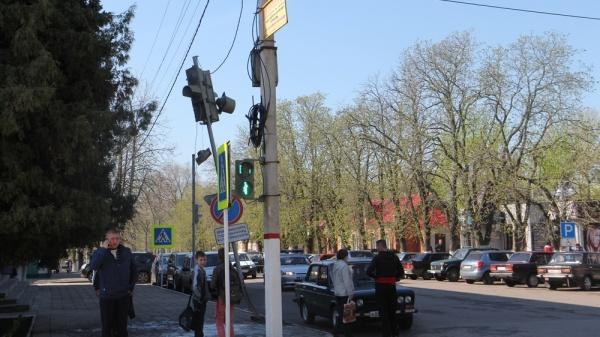 В центре города водитель сбил светофор